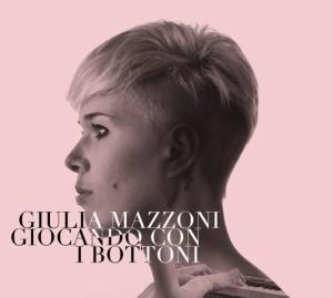 Giulia Mazzoni giocando con i bottoni