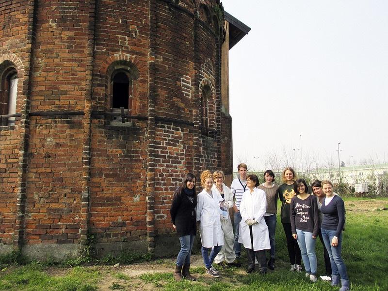 Cascina Sant'Ambrogio - Abside con il team di restauro