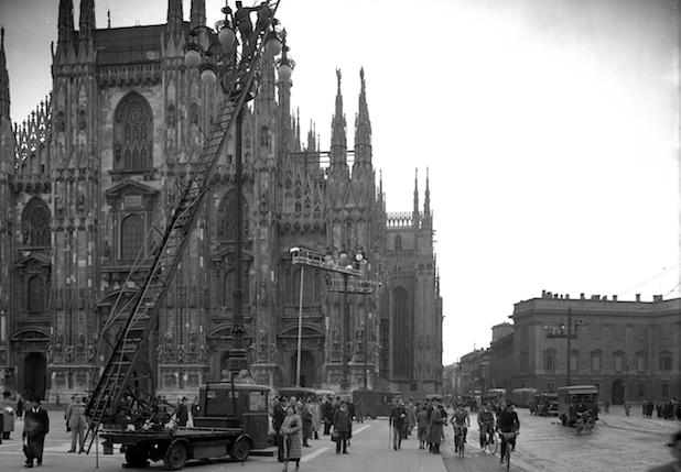 Automezzi Aem in piazza Duomo per la manutenzione dei lampioni @Antonio Paoletti, 20 maggio 1938