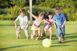 bambini-che-giocano-nel-parco