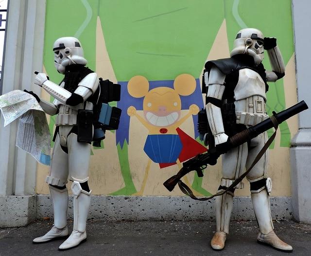 Due Sandtroopers della 501st Legion Italica Garrison fuori dal Museo del Fumetto in cerca della mostra